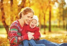 Glückliche Familie: kleine Tochter der Mutter und des Kindes spielen an streicheln Stockbilder