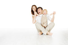 Glückliche Familie, lächelnde Vatermutter und laughting Baby lizenzfreie stockfotos