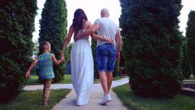 Glückliche Familie, liebevolle Eltern gehen, herum zu streicheln, Familienweg, Kinderläufe, Spiele ein Spaß, stock video footage