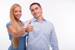 Glückliche Familie lokalisiert auf weißem Hintergrund lizenzfreie stockfotografie