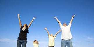 Glückliche Familie mit blauem Himmel lizenzfreies stockfoto