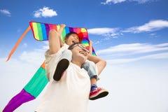 Glückliche Familie mit buntem Drachen stockfoto