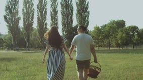Glückliche Familie mit dem Picknickkorb, der auf Picknick geht stock video