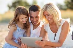 Glückliche Familie mit dem Tabletten-PC, der Foto macht lizenzfreies stockbild