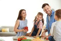Glückliche Familie mit den Kindern, die frühstücken Lizenzfreies Stockfoto