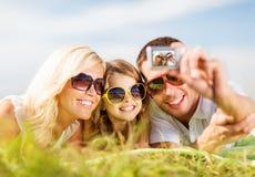 Glückliche Familie mit der Kamera, die Foto macht Lizenzfreie Stockfotos