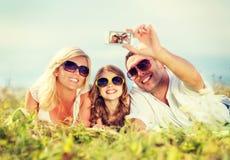 Glückliche Familie mit der Kamera, die Foto macht Lizenzfreie Stockfotografie