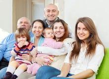 Glückliche Familie mit drei Generationen lizenzfreie stockfotos