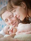 Glückliche Familie mit einem neugeborenen Baby lizenzfreies stockbild