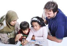 Glückliche Familie mit einigen Bauteilen Stockfoto