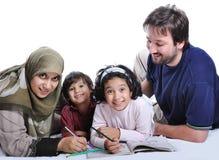 Glückliche Familie mit einigen Bauteilen in der Ausbildung Stockbild