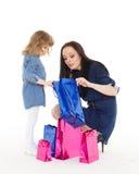 Glückliche Familie mit Einkaufstaschen Stockfotos