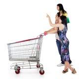 Glückliche Familie mit Einkaufswagen stockbilder