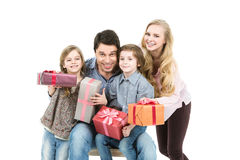Glückliche Familie mit Geschenkboxen Glücklicher Mann genießt an den Feiertagen in dem Meer Lizenzfreie Stockbilder
