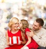 Glückliche Familie mit Geschenkkasten stockfotos
