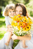 Glückliche Familie mit Frühlingsblumen Stockbilder