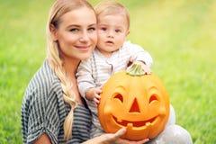 Glückliche Familie mit Halloween-Kürbis lizenzfreie stockfotos
