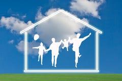 Glückliche Familie mit Haus Stockfoto