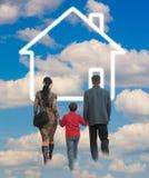 Glückliche Familie mit Haus lizenzfreie stockfotografie
