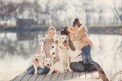 Glückliche Familie mit Haustieren nahe dem See Lizenzfreies Stockfoto