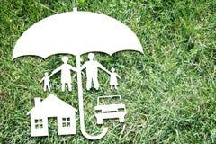 Glückliche Familie mit ihrem Eigentum unter Schutz Lizenzfreies Stockbild