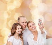 Glückliche Familie mit Kamera zu Hause Lizenzfreies Stockbild
