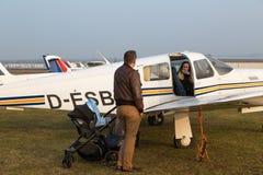 Glückliche Familie mit Kind vor Flug Stockfoto
