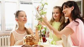 Glückliche Familie mit Kinderfall-Osterei stock video
