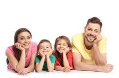 Glückliche Familie mit Kindern auf weißem Hintergrund stockfotos