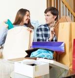 Glückliche Familie mit Kleidung und Einkaufstaschen Stockfotos