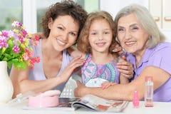 glückliche Familie mit Nagellack lizenzfreie stockfotos