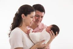 Glückliche Familie mit neugeborenem Baby auf einem weißen Hintergrund Stockbilder