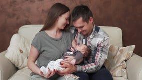 Glückliche Familie mit neugeborenem Schätzchen stock video footage