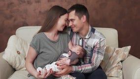 Glückliche Familie mit neugeborenem Schätzchen stock footage