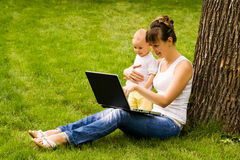 Glückliche Familie mit Notizbuch Lizenzfreies Stockfoto