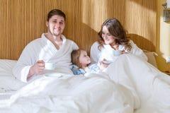 Glückliche Familie mit Schätzchen stockfotos