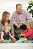 Glückliche Familie mit Schätzchen und Kleinkind Lizenzfreie Stockbilder