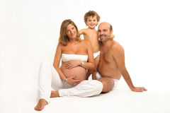 Glückliche Familie mit schwangerer Frau lizenzfreie stockfotos