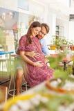 Glückliche Familie mit schwangerer Frau Lizenzfreie Stockfotografie
