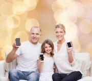 Glückliche Familie mit Smartphones Lizenzfreies Stockfoto