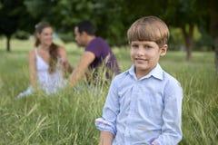 Glückliche Familie mit Sohn und Muttergesellschaftn im Park lizenzfreies stockbild