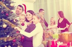 Glückliche Familie mit Weihnachtsbaum zu Hause stockbilder