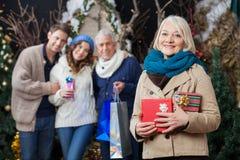 Glückliche Familie mit Weihnachtsgeschenken am Speicher stockfotografie