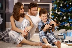 Glückliche Familie mit Welpen Stockbild