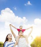 Glückliche Familie mit Wolkenhintergrund Stockfoto