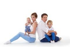 Glückliche Familie mit zwei Babys Stockbild
