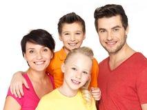 Glückliche Familie mit zwei Kindern auf Weiß lizenzfreies stockfoto