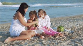 Glückliche Familie Mutter, jüngste Tochter und eine siebzehnjährige Tochter mit Down-Syndrom stock video