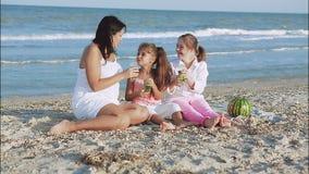 Glückliche Familie Mutter, jüngste Tochter und eine siebzehnjährige Tochter mit Down-Syndrom stock footage