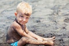 Glückliche Familie Mutter, kleines Kind auf Sommerstrandferien Lizenzfreie Stockfotos